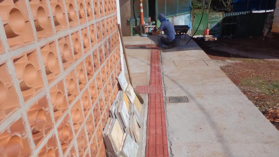 Assentamento de piso podotátil