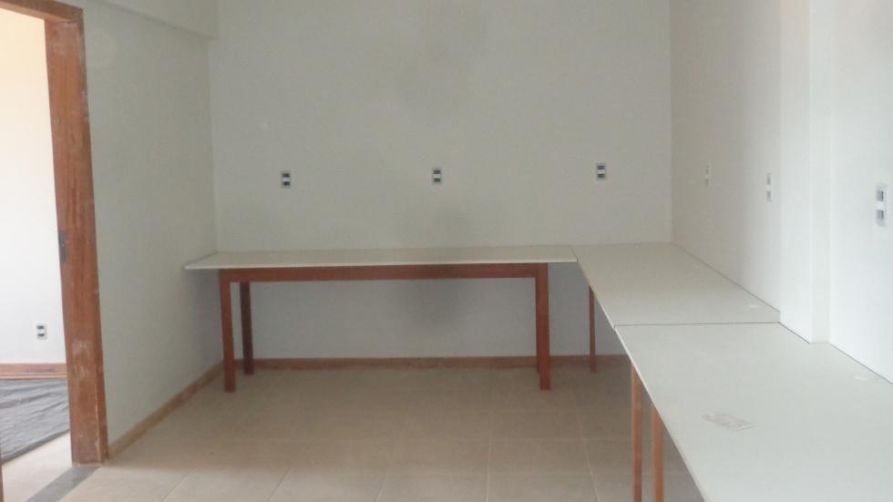Montagem de mesas para estudo